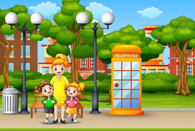 Glückliche mutter und kinder, die im stadtpark stehen