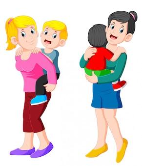 Glückliche mutter zwei, die ihr kind hält