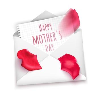 Glückliche muttertagsnachricht auf weißem papier in umschlaggrußkarte verziert mit blütenblättern von rosen