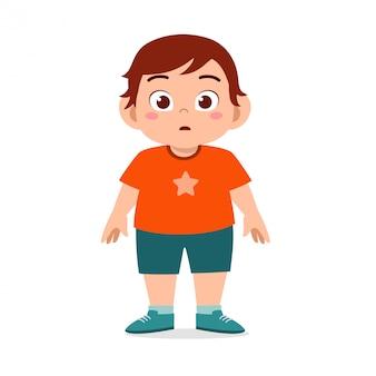 Glückliche nette fette ungesunde kinderjungenstellung