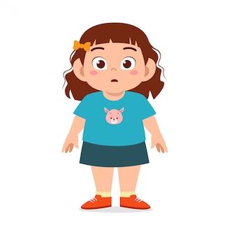 Glückliche nette fette ungesunde kindermädchenstellung