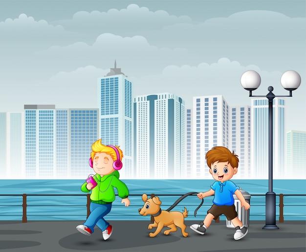 Glückliche nette kinder, die in stadtpark gehen