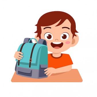 Glückliche nette kinderjungenstudie mit lächeln
