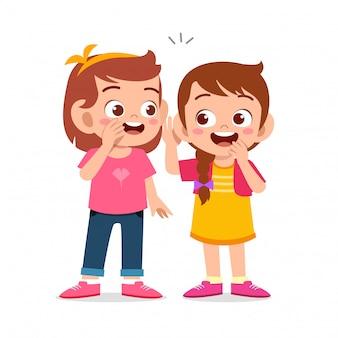 Glückliche nette kindermädchen sprechen über geheimnis