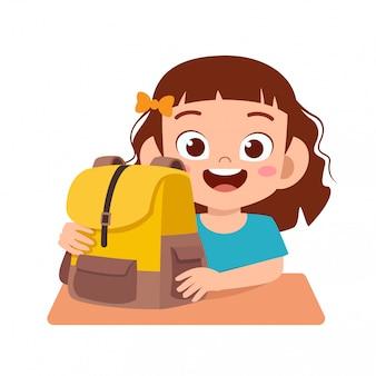 Glückliche nette kindermädchenstudie mit lächeln