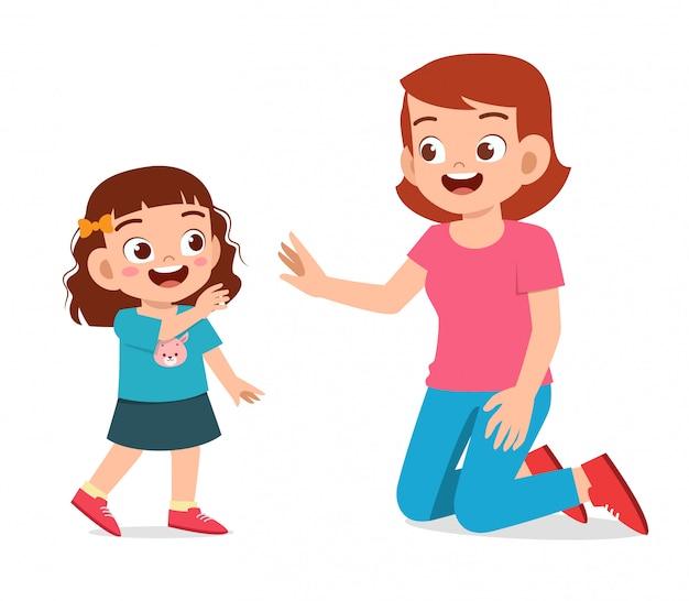 Glückliche nette kindermädchenwelle zur mutterliebe
