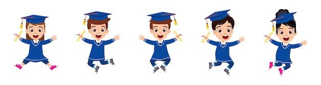 Glückliche niedliche kinderabsolventenjungen und -mädchen springen mit zertifikat lokalisiert auf weißem hintergrund