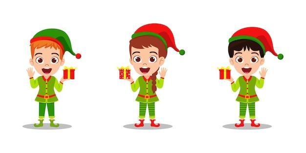 Glückliche niedliche kinderjungen und -mädchen, die geschenk winken und halten und fröhliche charismas feiern, lokalisiert auf weißem hintergrund