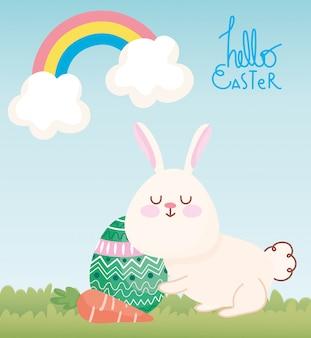 Glückliche osterkarte, niedliches kaninchen mit karotten- und eierdekoration
