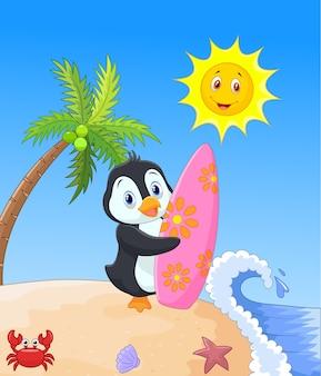 Glückliche pinguinkarikatur, die surfbrett hält