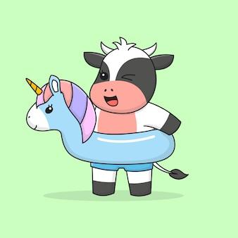 Glückliche schwimmende kuh mit einhorngummiring