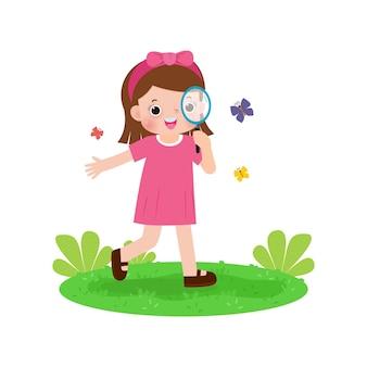 Glückliche süße kinder, die durch lupen auf schmetterlingskinder schauen, die die natur beobachten