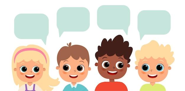 Glückliche süße kinderjungen und -mädchen mit sprechblasen