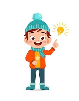 Glückliche süße kleine haben idee und tragen jacke in der wintersaison