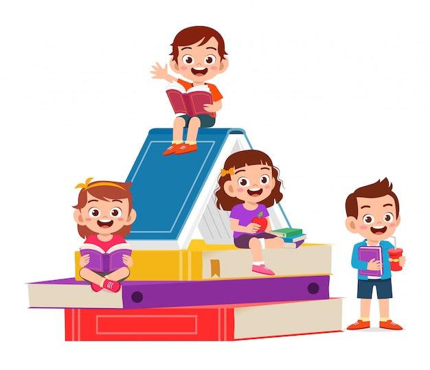 Glückliche süße kleine kinder jungen und mädchen lesen buch
