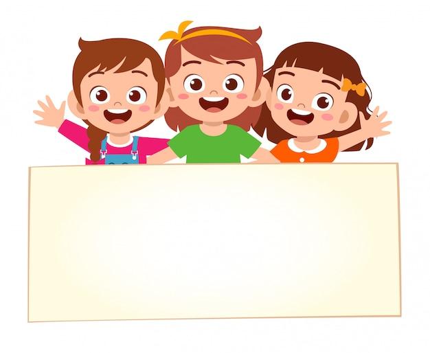 Glückliche süße kleine kindermädchen mit leerem banner