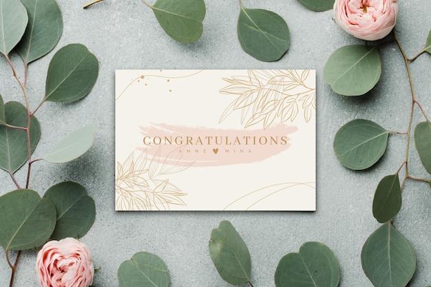 Glückliche verlobungskarte mit blumen und blättern
