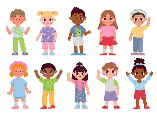 Glückliche verschiedene kindercharaktere, die hände winken und grüßen. cartoon kinder jungen und mädchen mit tschüss- oder hallo-gesten. flacher studentenvektorsatz. multikulturelle kindergarten modische kleinkinder