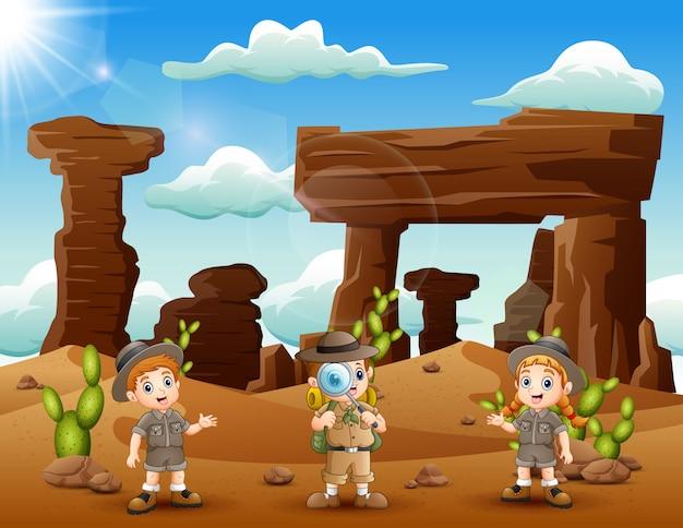 Glückliche zookeeper erkundeten die wüste
