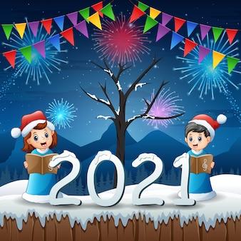 Glückliche zwei kinder im blauen weihnachtsmannkostüm, das am heiligabend singt