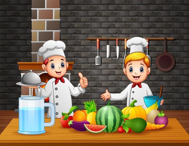 Glückliche zwei köche, die in der küche kochen