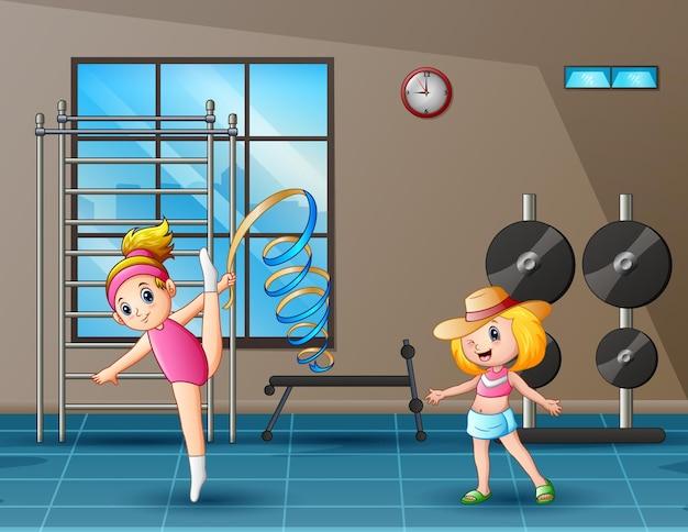 Glückliche zwei mädchen, die im fitnessstudio trainieren