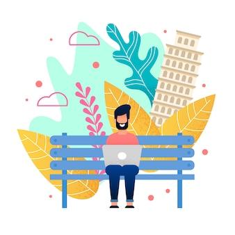 Glücklicher bärtiger mann, der auf bank im stadtpark sitzt und an laptop arbeitet