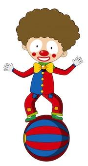 Glücklicher clown, der auf großem ball balanciert