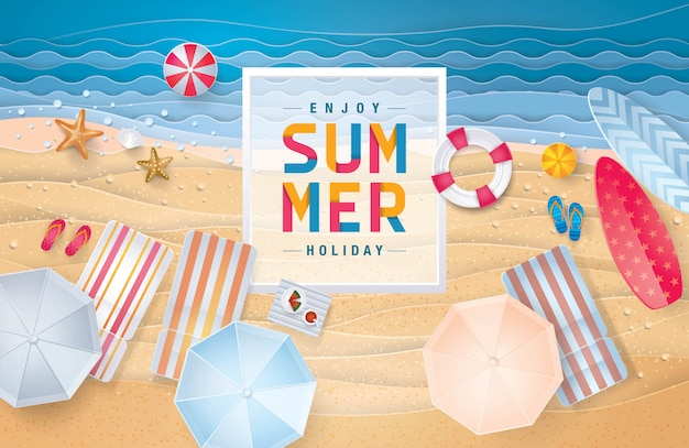 Glücklicher draufsichthintergrund des sommerferienstrandes, das sand-seeufer für sommersaison
