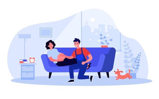 Glücklicher ehemann, der den bauch der schwangeren frau berührt. zukünftige eltern im wohnzimmer, frau, die auf flacher vektorillustration des sofas liegt. schwangerschaft, familienkonzept für banner, website-design oder landing-webseite
