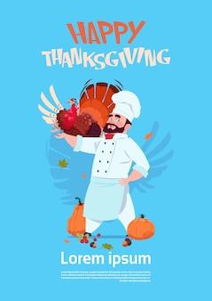 Glücklicher erntedank-tagesmännlicher chefkoch holding turkey restaurant autumn traditional-menü-konzept-gruß-karte