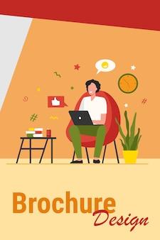 Glücklicher freiberufler mit computer zu hause. junger mann, der im sessel sitzt und laptop benutzt, online plaudert und lächelt. vektorillustration für fernarbeit, online-lernen, freiberufliches konzept