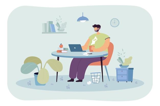 Glücklicher freiberuflicher arbeiter, der am tisch sitzt