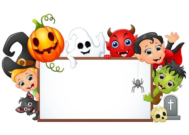 Glücklicher halloween-charakter, der leeres zeichen hält