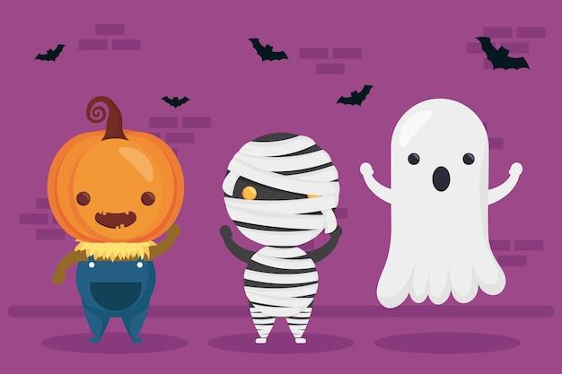 Glücklicher halloween-kürbis und mumie mit geisterfiguren