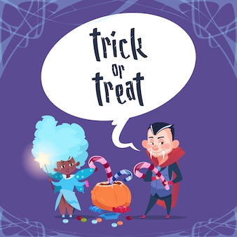 Glücklicher halloween-süßes sonst gibt's saures niedliche kindermonster mit kürbis-traditioneller dekorations-gruß-karte