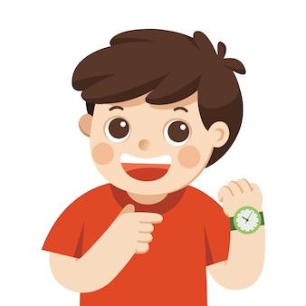 Glücklicher junge, der armbanduhr zeigt