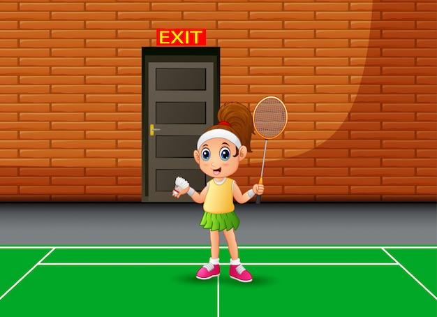 Glücklicher junge, der das badminton innen spielt
