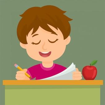 Glücklicher junge, der die prüfung liest und schreibt