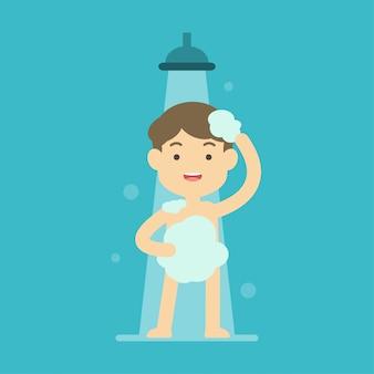 Glücklicher junge, der dusche im badezimmerkonzept nimmt