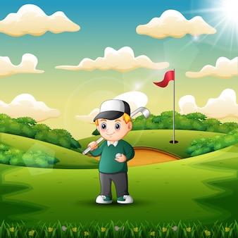 Glücklicher junge, der golf im gericht spielt