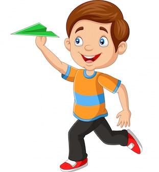 Glücklicher junge, der papierflugzeug spielt