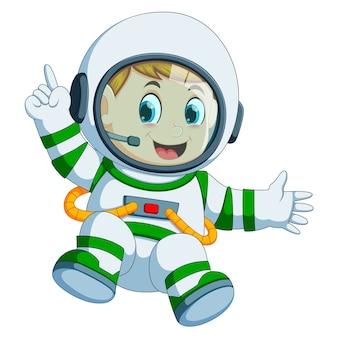 Glücklicher junge im astronautenkostüm