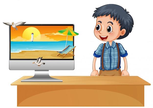 Glücklicher junge neben computer mit strand auf dem bildschirm