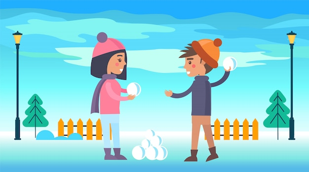 Glücklicher junge und mädchen, die gehend läuft, schneebälle zu spielen