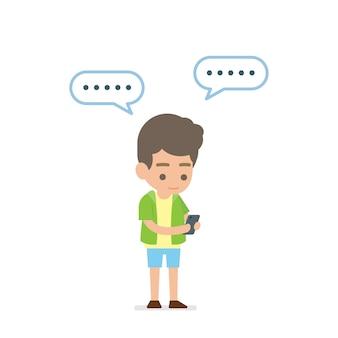 Glücklicher junger mann, der simsende mitteilung des smartphone verwendet
