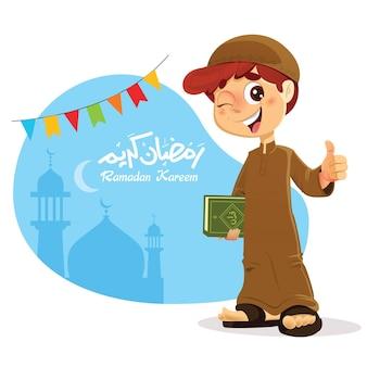 Glücklicher junger muslimischer junge, der koran-buch mit daumen hoch hält