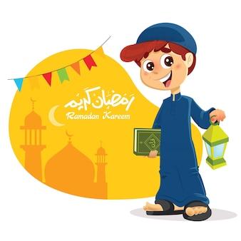 Glücklicher junger muslimischer junge, der koran-buch mit ramadan-laterne in der hand hält