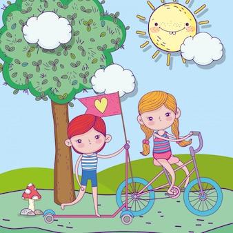 Glücklicher kindertag, junge, der roller und mädchen mit fahrrad im freien reitet