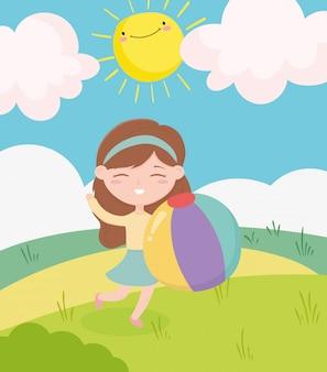 Glücklicher kindertag, kleines mädchen mit ballfeldsonnenwolkenkarikatur